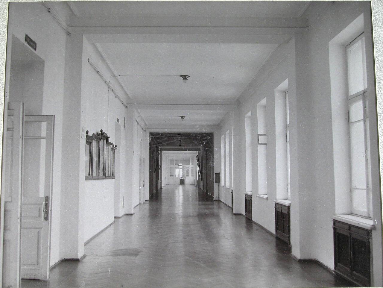 32. Вид части коридора второго этажа
