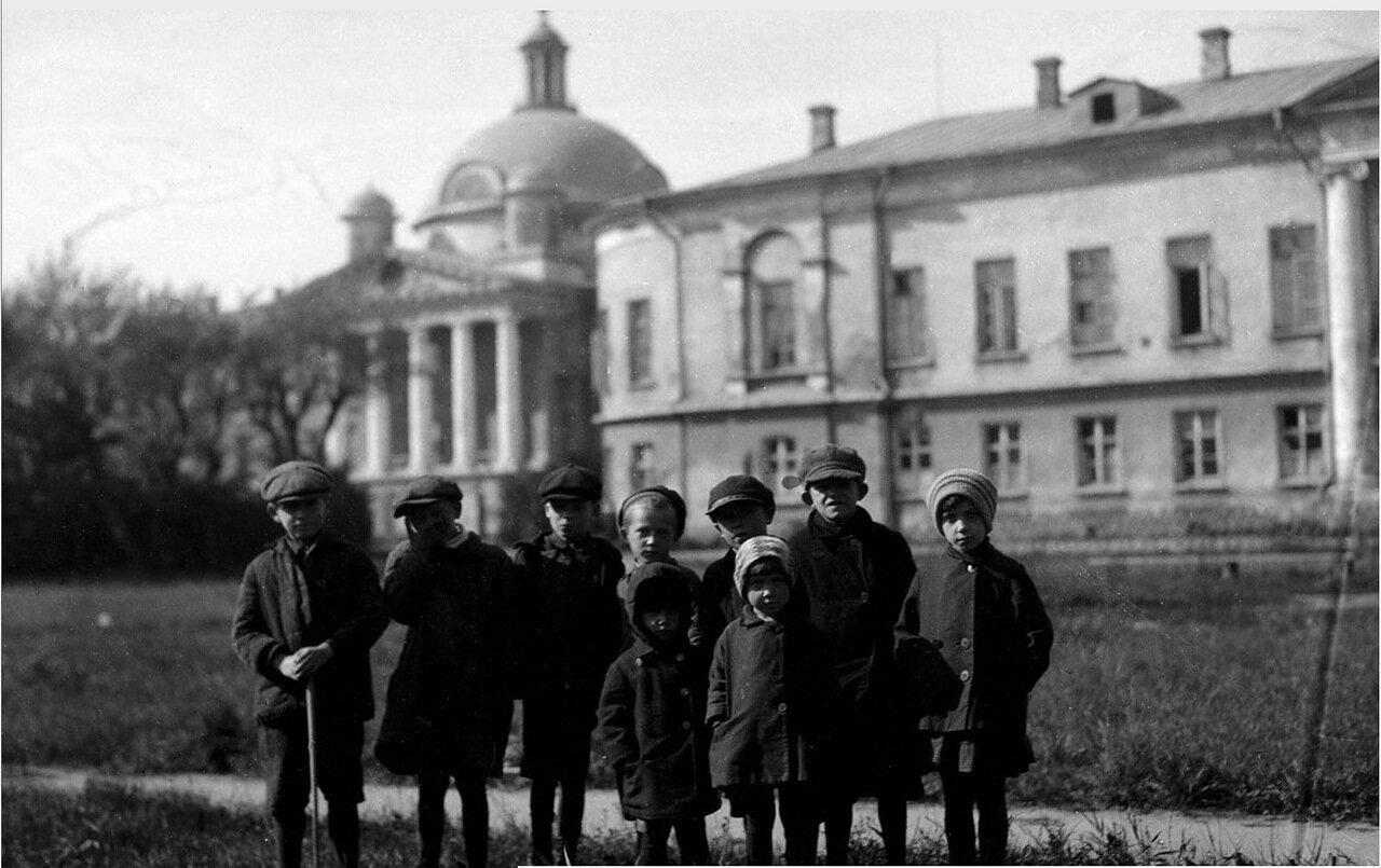 19. Дети позируют на фоне Первой Градской больницы на Большой Калужской улице