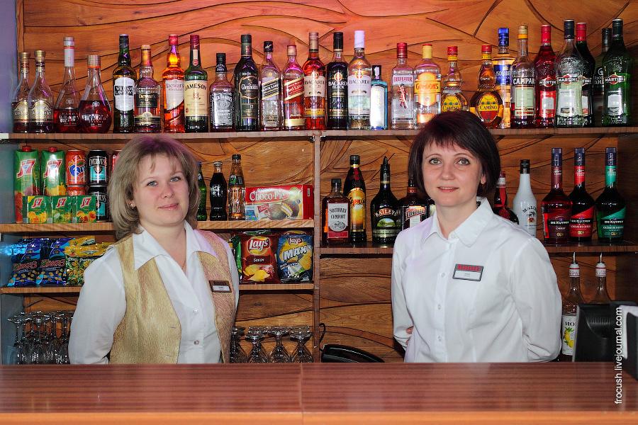Бармены Татьяна и Елена в баре «Нева» в кормовой части шлюпочной палубы