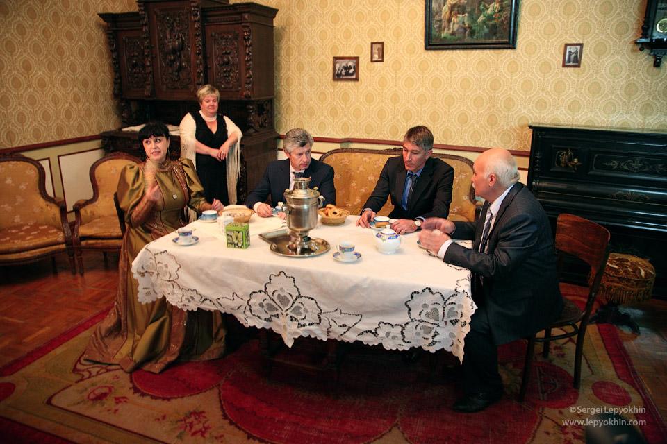 Чаепитие с бубликами в музее. Акция «Ночь в музее» в Волгоградском областном краеведческом музее.