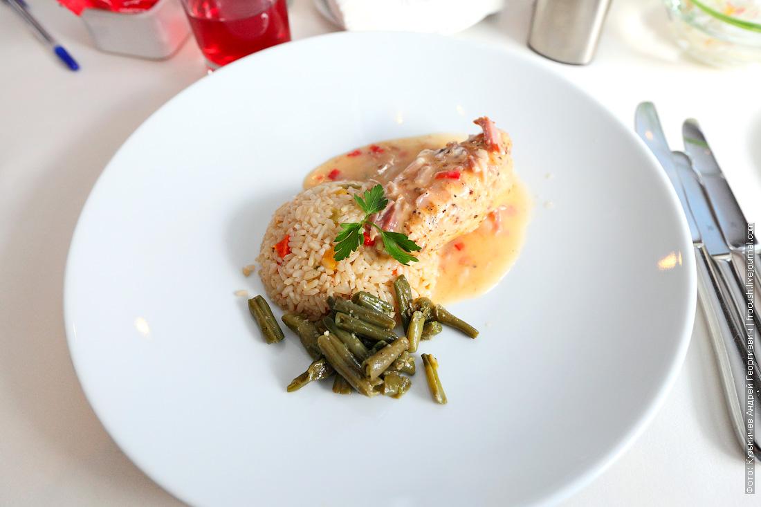 Куриное филе в беконно-сливочном соусе, подается с рисом, припущенным сладким перцем и со стручковой фасолью на пару