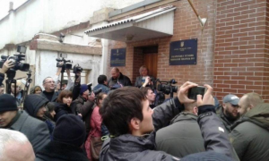 В Ужгороде народ заблокировал суд, депутаты возле СИЗО требуют встречи с правосекторівцями