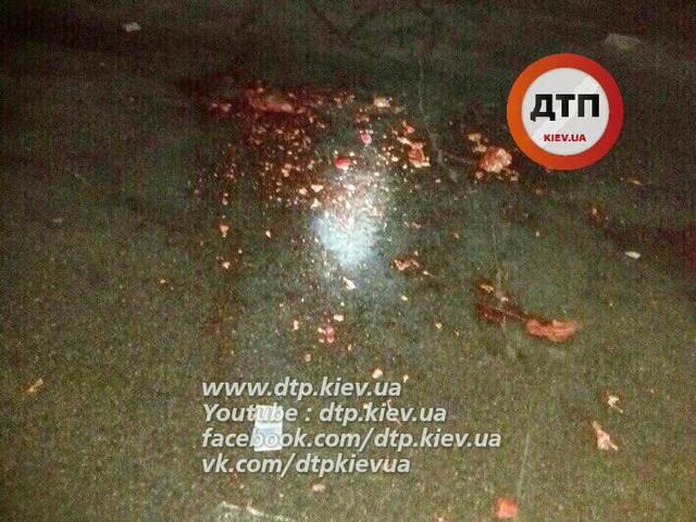 Водитель микроавтобуса сбил пешехода под Киевом и скрылся - мужчину переехал грузовик. ФОТО (18+)