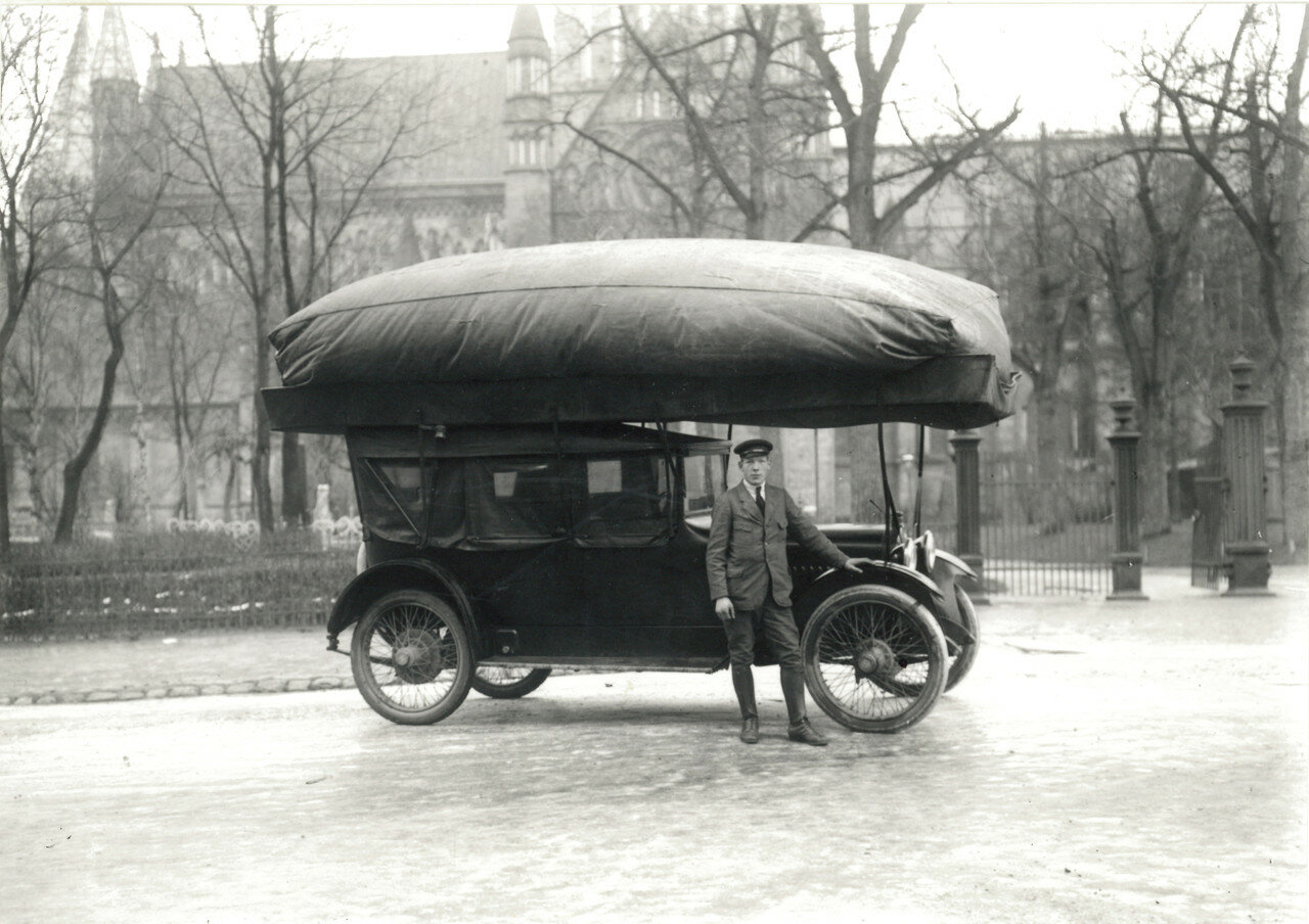 Taxi driver and his cab (1917).jpg