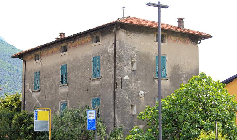 Под крышей видно старое оформление фасада