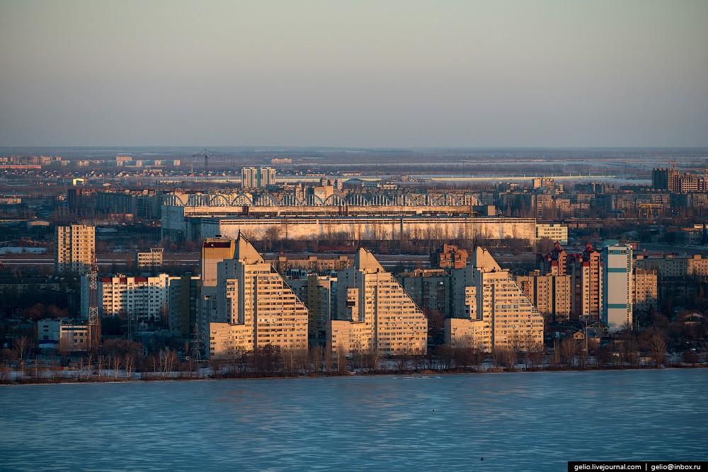 Жилой комплекс «Белые паруса». На заднем плане виден завод «ВАСО».
