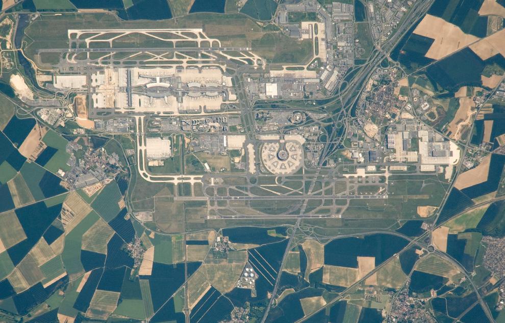 12) Аэропорт Шарля де Голль в пригороде Парижа. (NASA/JSC)