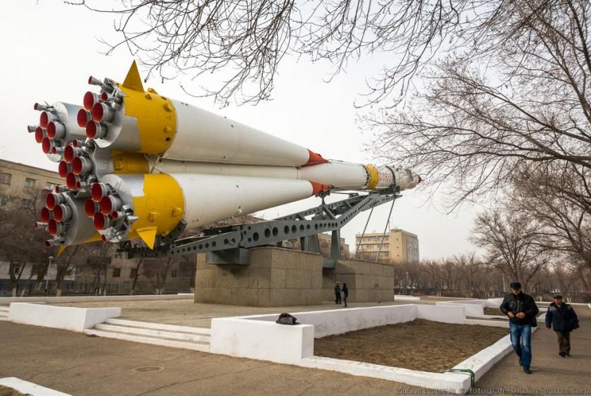 Памятник советскому конструктору космических систем Михаилу Янгелю.