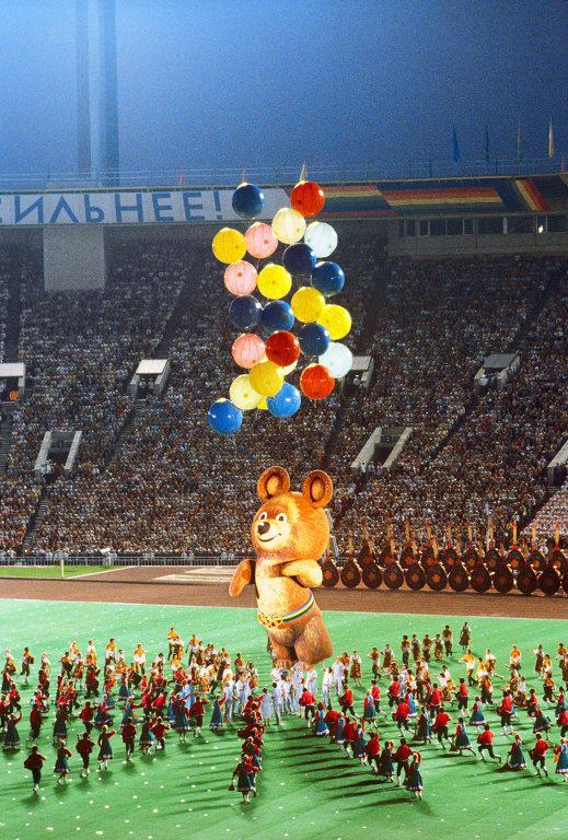 6. Любимым детским брендом (или что это?) эпохи мы бы назвали Олимпийского Медвежонка — 80. Он был н