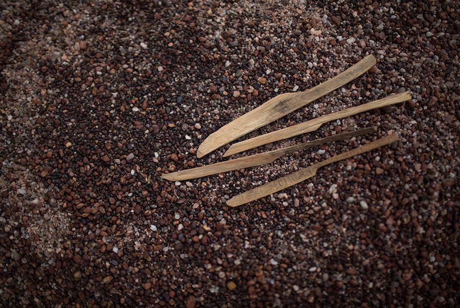 7. Самодельные деревянные ножи используют для поиска алмазов среди небольших камней. Прежде чем найд