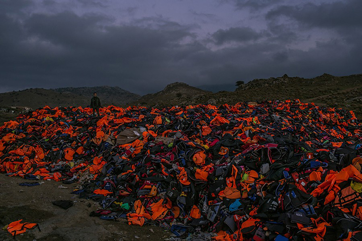 Огромная гора использованных спасательных жилетов, дыхательных трубок и сдутых резиновых шлюпок — ос