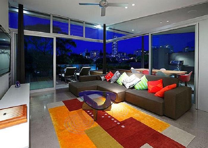 7. Стеклянная мечта Отличный интерьер комнаты с большими окнами, дополняет необычную обстановку при