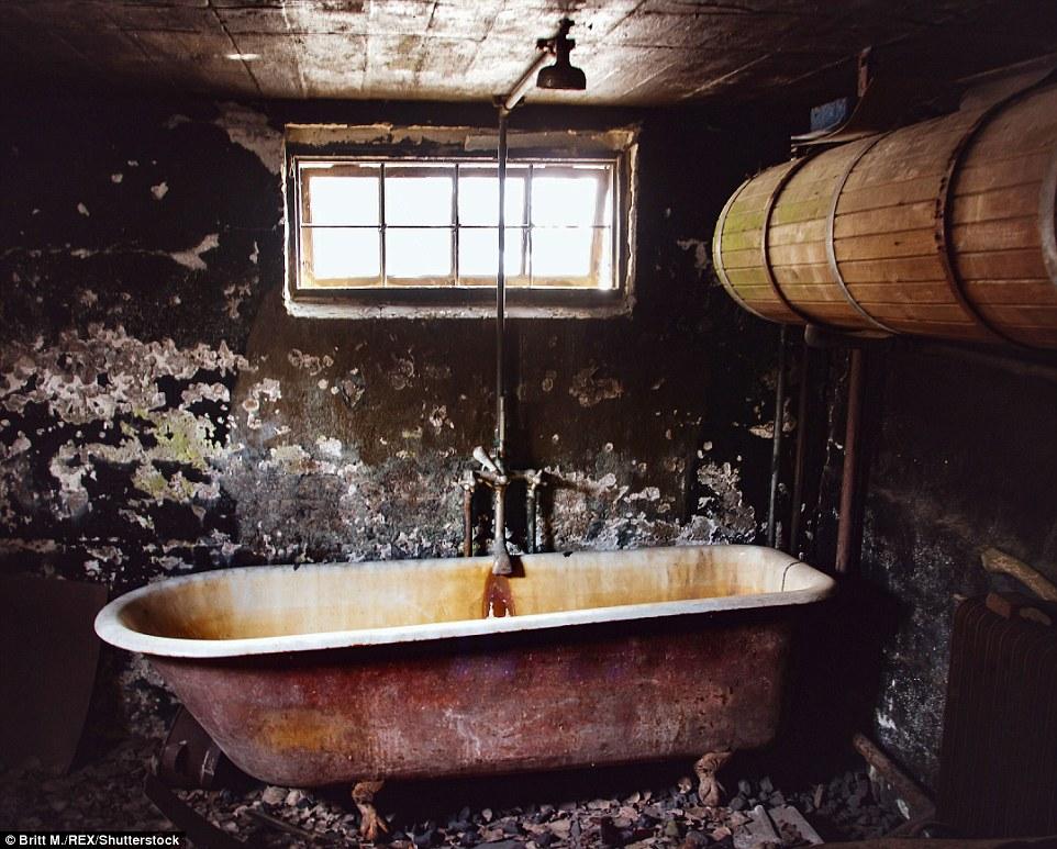 Войдя в дом, фотограф обнаружила ванную без краски и какого-либо иного декора, с ржавой ванной и ста