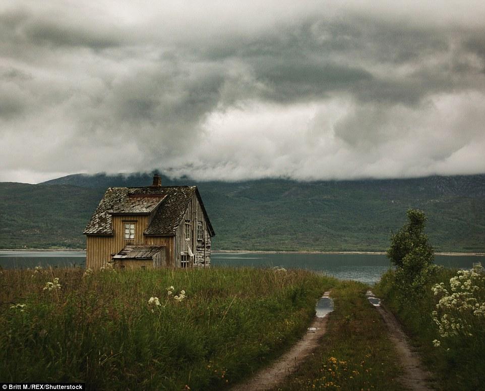 Низкие облака нависают над Тромсом на севере Норвегии. В этой части Скандинавии в год бывает примерн