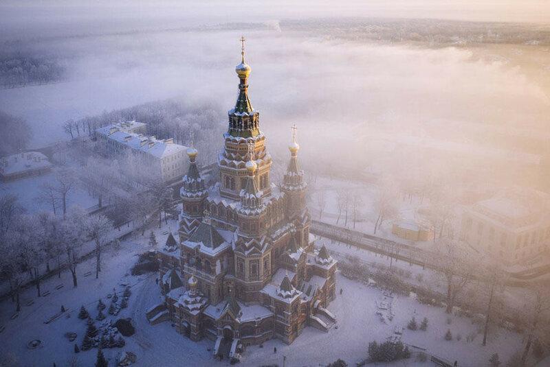 Петропавловский собор в зимнем тумане. (Amos Chapple / Rex Features)