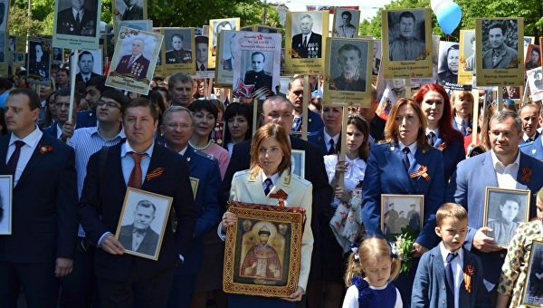 20160509_14-35-Поклонская прошла в колонне 'Бессмертного полка' с иконой Николая II-pic1