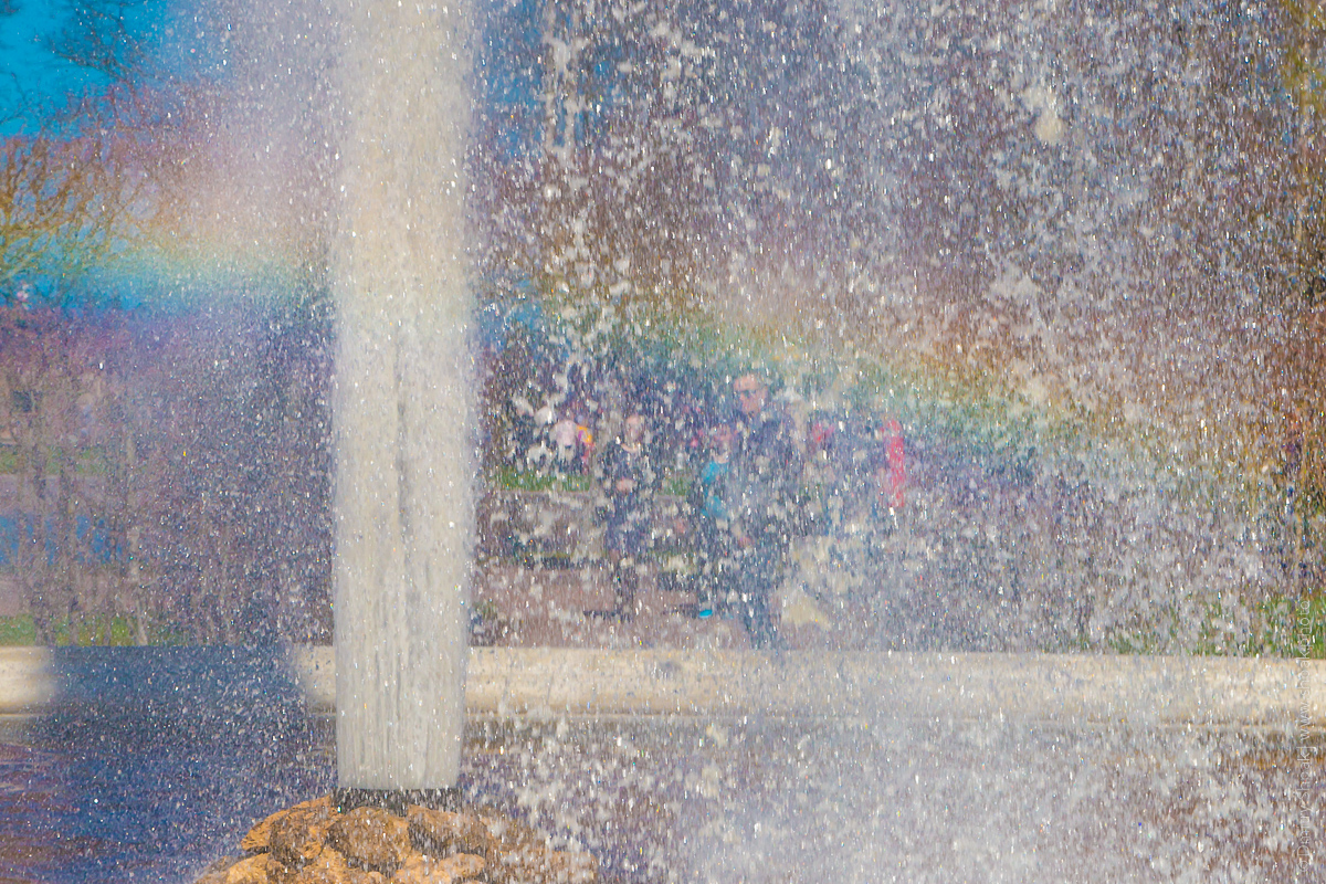 Петергоф. Нижний парк. Радуга в брызгах фонтана