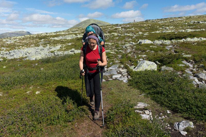 поход с годовалым ребенком в рюкзаке-переноске Deuter Kid Comfort III по тундрам Норвегии