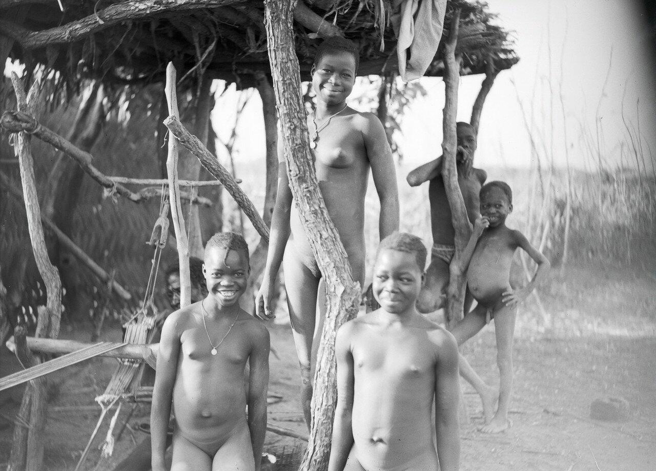 Какой контраст, этот простой черный ткач в окружении своих дочерей в самом сердце Африки и мы на своих грохочущих машинах