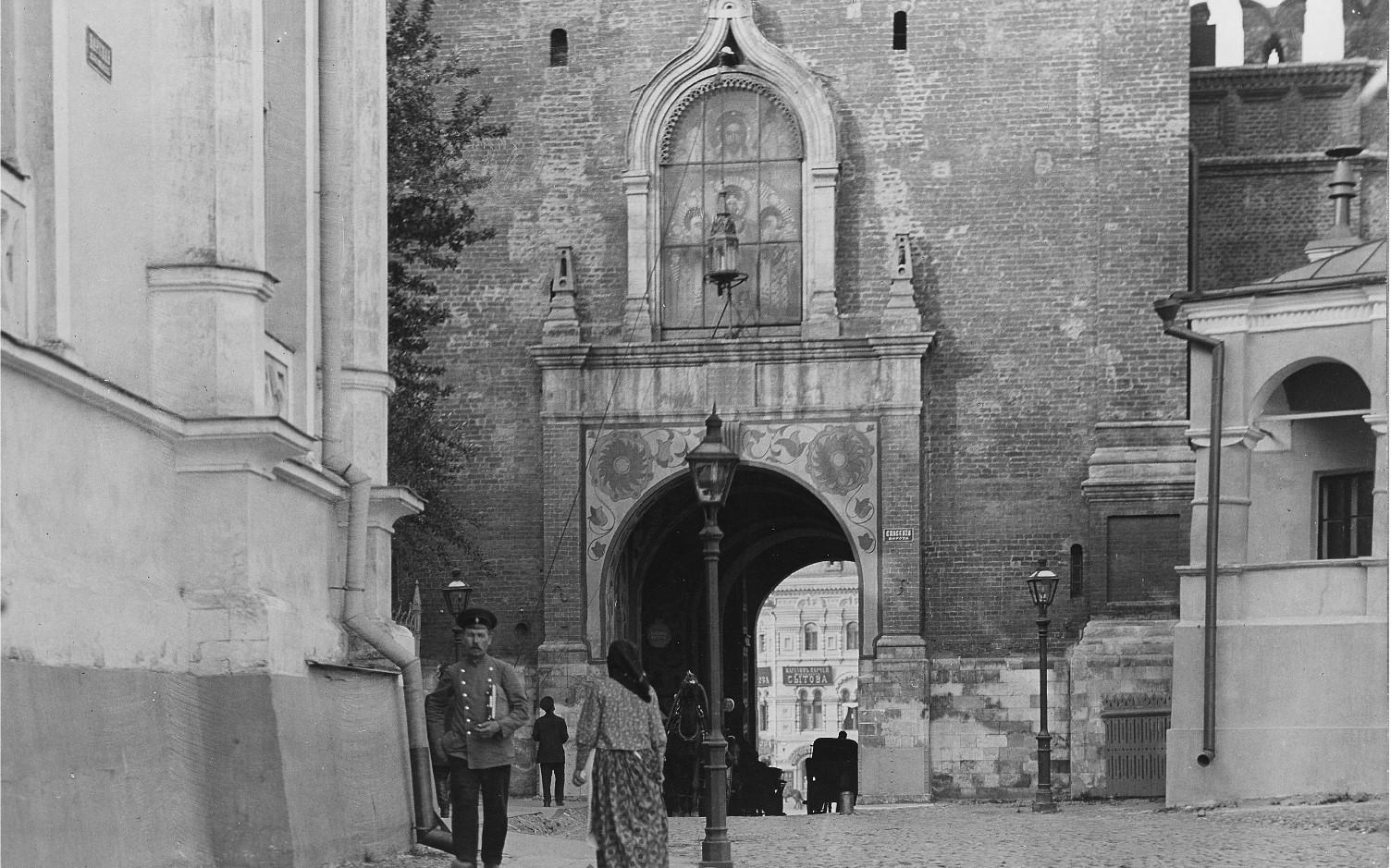 Спасская башня, главный вход, деталь
