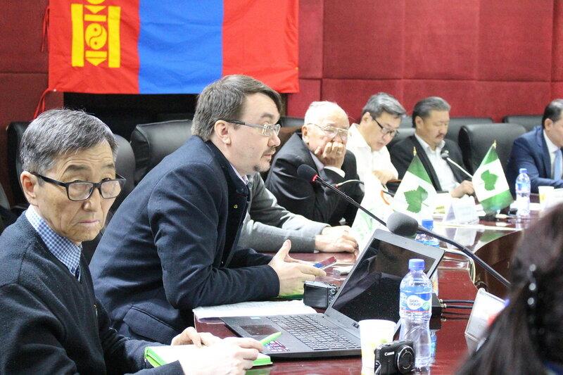 Сергей Шапхаев (слева) в составе российской делегации на конференции «Современные экологические проблемы в России и Монголии» в Улан-Баторе