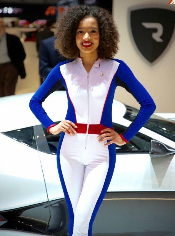 Автоновинки, девушки и посетители на автошоу в Женеве