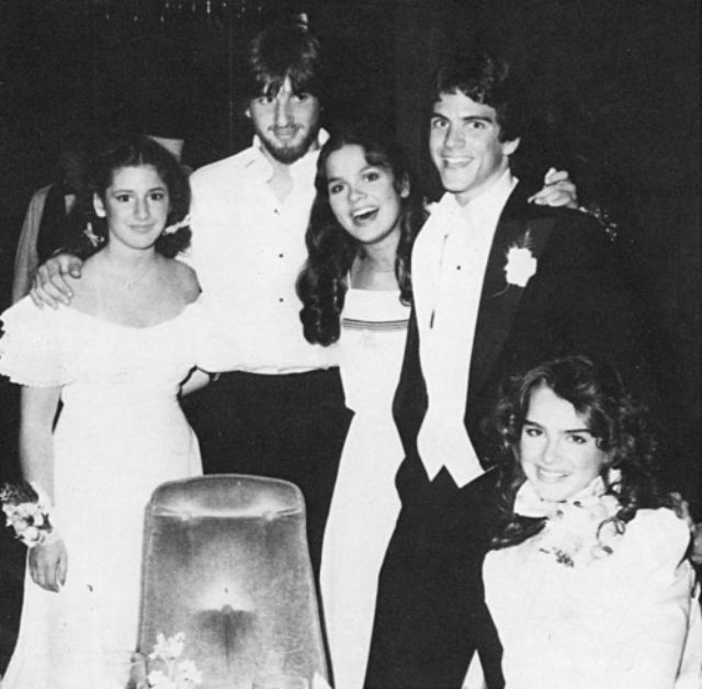 Юная актриса и модель Брук Шилдс взяла выходной, чтобы прийти на свой выпускной в 1982 году в Энглву