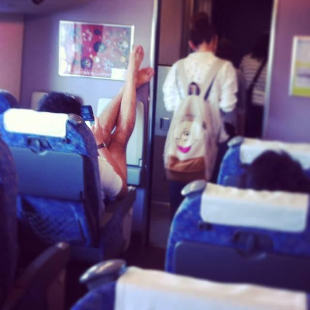 Бывшая стюардесса выкладывает фотографии самых отвратительных пассажиров самолетов