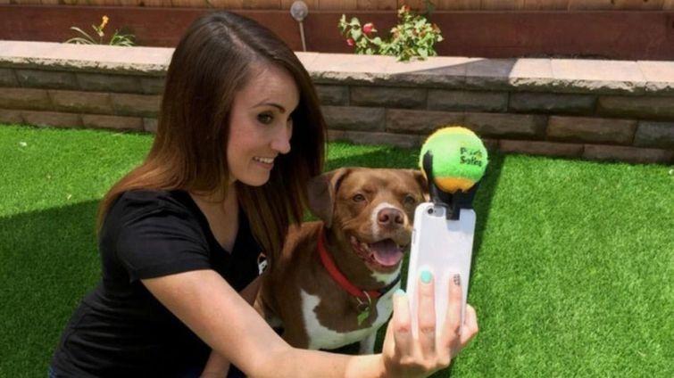 1.Устройство для совместного селфи с собакой Вот такой необычный держатель теннисного мяча, получив