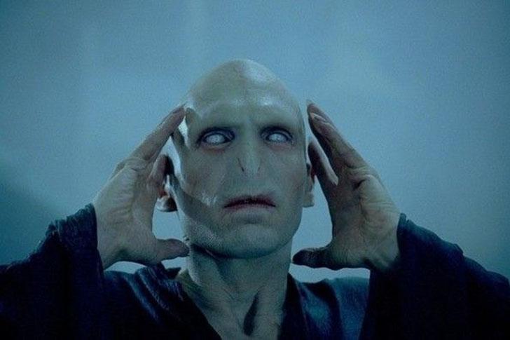 В грим Волан-де-Морта входили наклейки на брови, «немного замысловатая маскировка с ног до головы»,