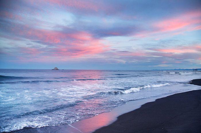 Черный вулканический песок является отличительной особенностью Халатырского пляжа.