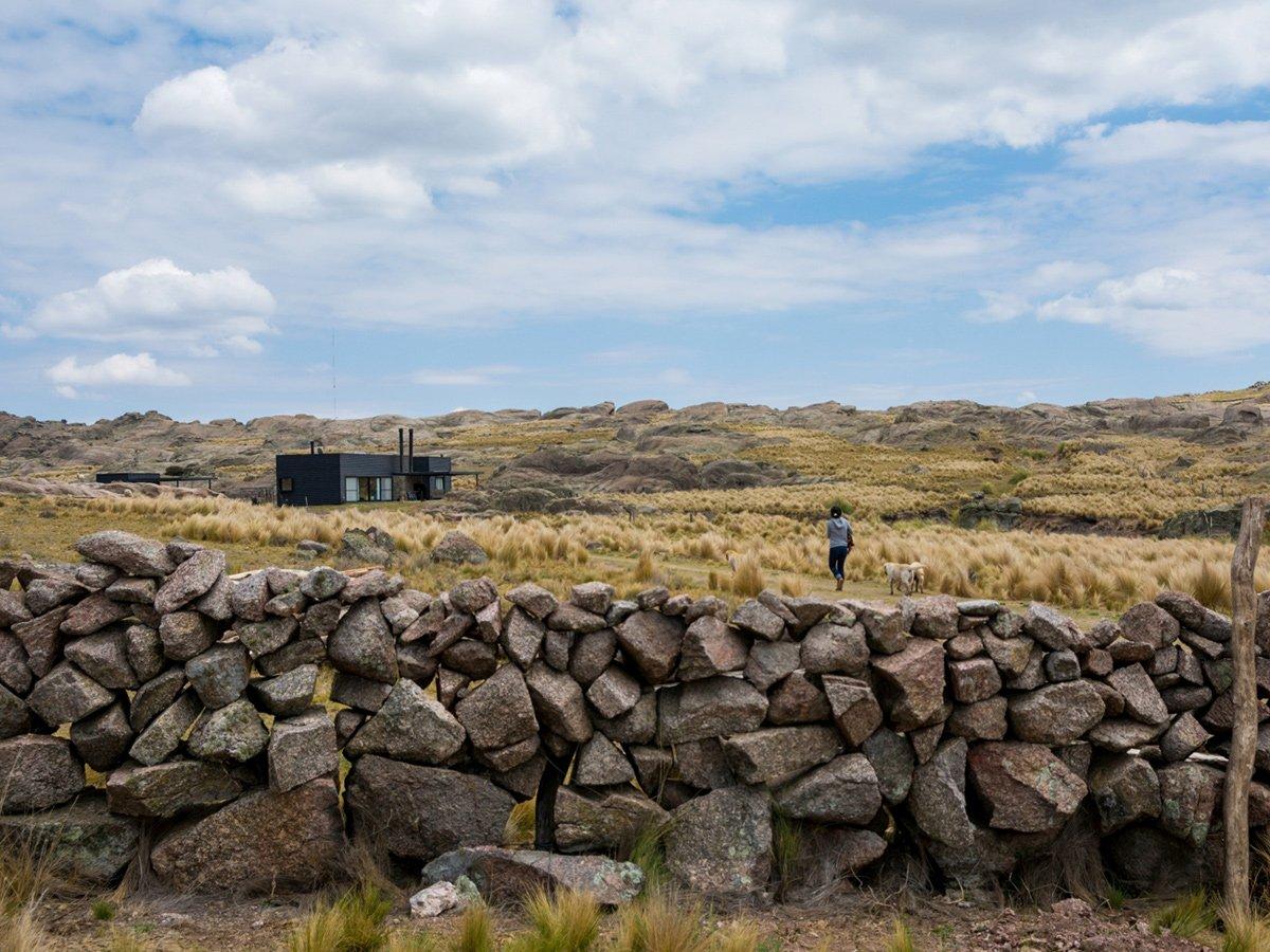 Pampa House, Mariana Palacios, планировка частного дома фото, проект частного дома фото, черный фасад частного дома, частный дом в Аргентине фото
