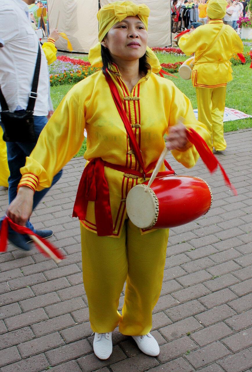 Участница фестиваля Фалуньдафа