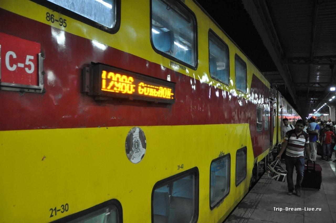 Двухэтажный поезд на вокзале в Джайпуре