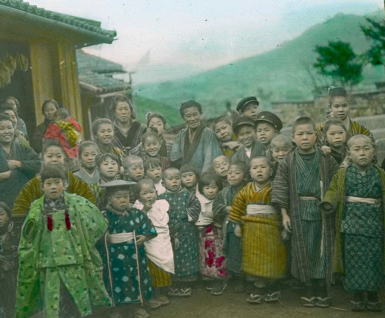 Нагасаки. Школьники в кимоно со своими учителями