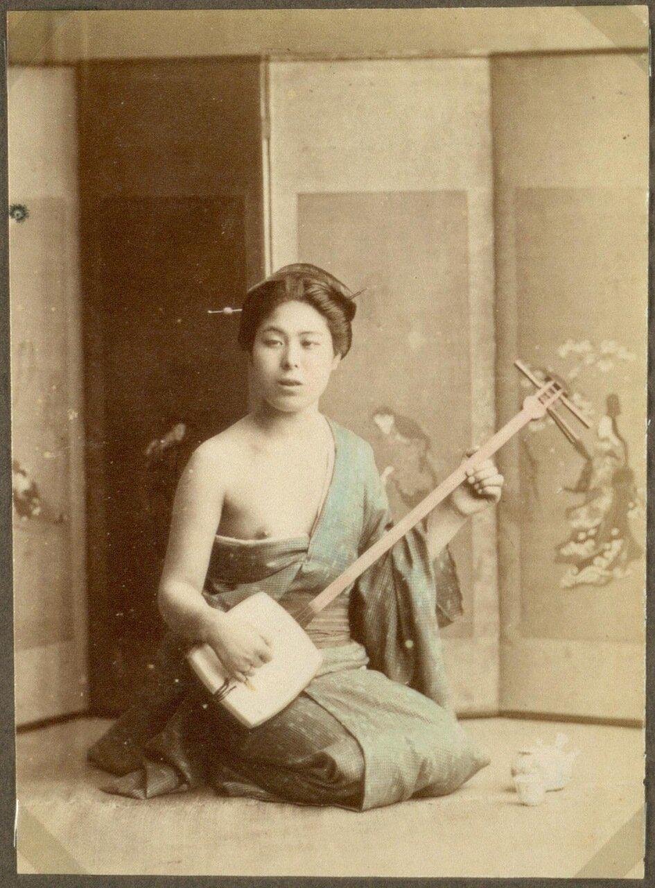 Женщина, играющая на музыкальном инструменте