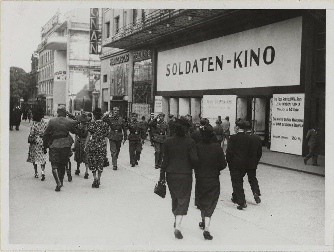 Кинотеатр Мариньян зарезервирован для немецких солдат. Елисейские Поля, 27. 30 июня