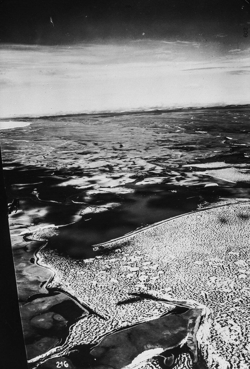 1931. Новая Земля. Вид с воздуха на пролив Шокальского, отделящего остров Октябрьской Революции от острова Большевик. Соединяет моря Лаптевых и Карское