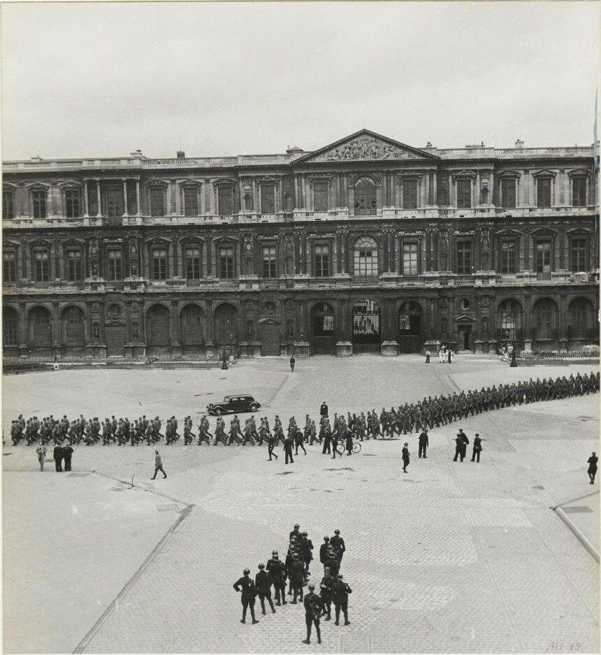 29 августа. Немецкие заключенные возле Лувра