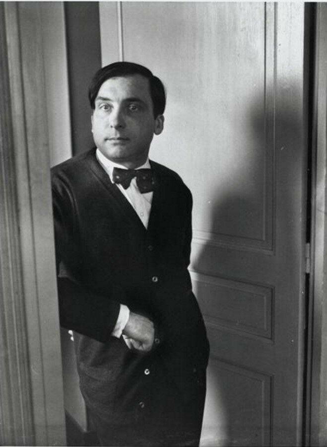 1932. Пьер Реверди (поэт) выходит из офиса журнала Минотавр