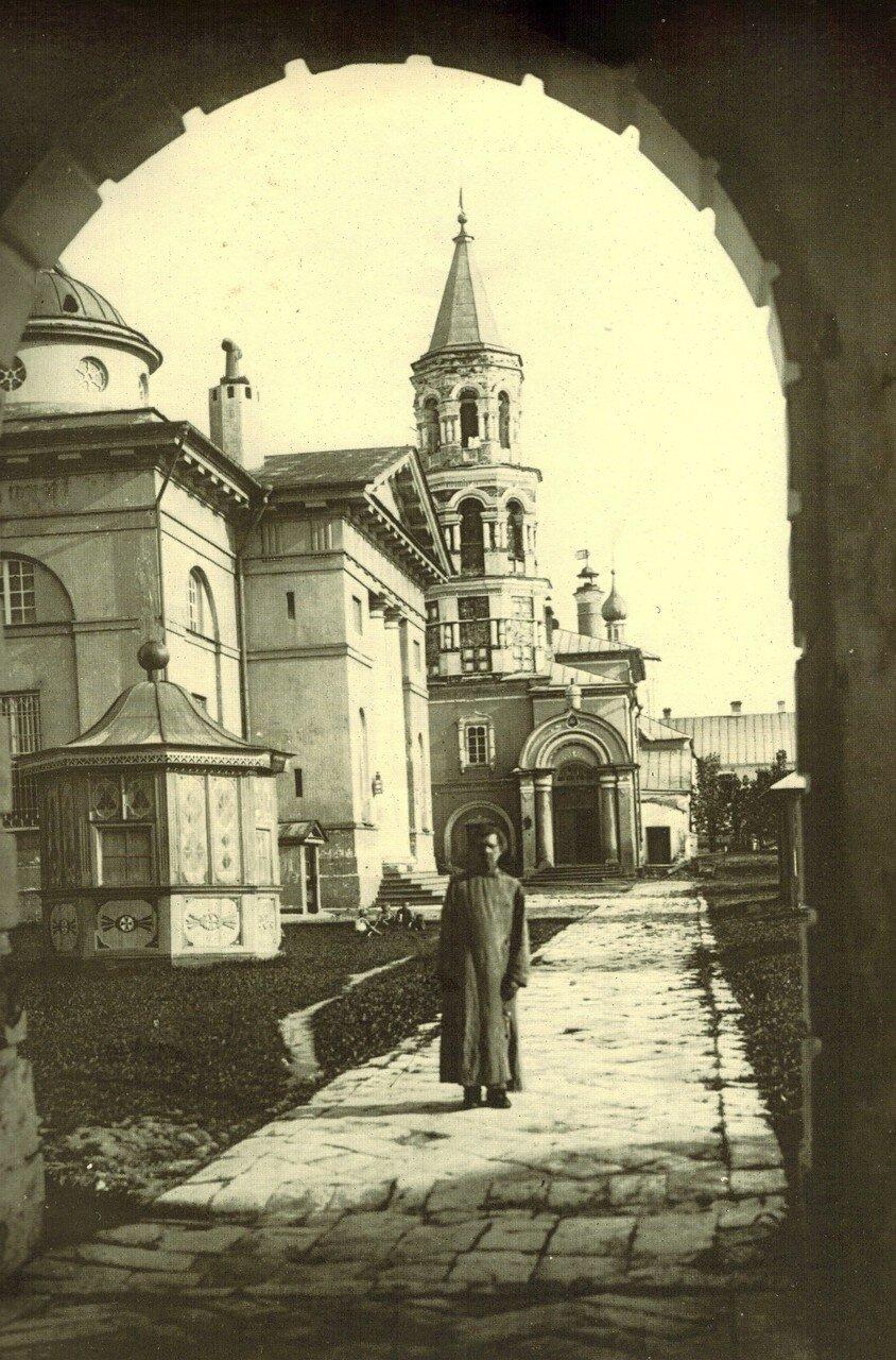 1925. Вид на монастырский двор из арки Спасской церкви