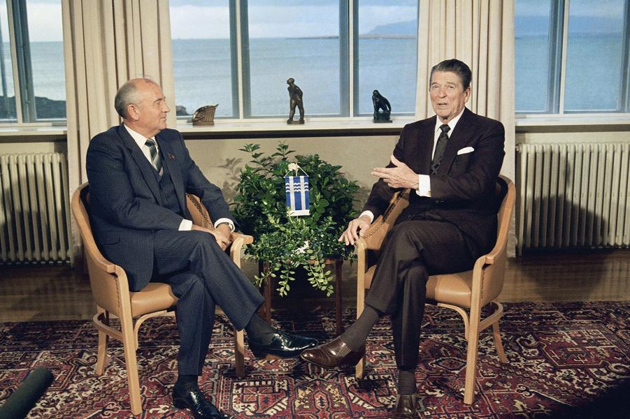 Рейган и Горбачев в Рейкьявике.png