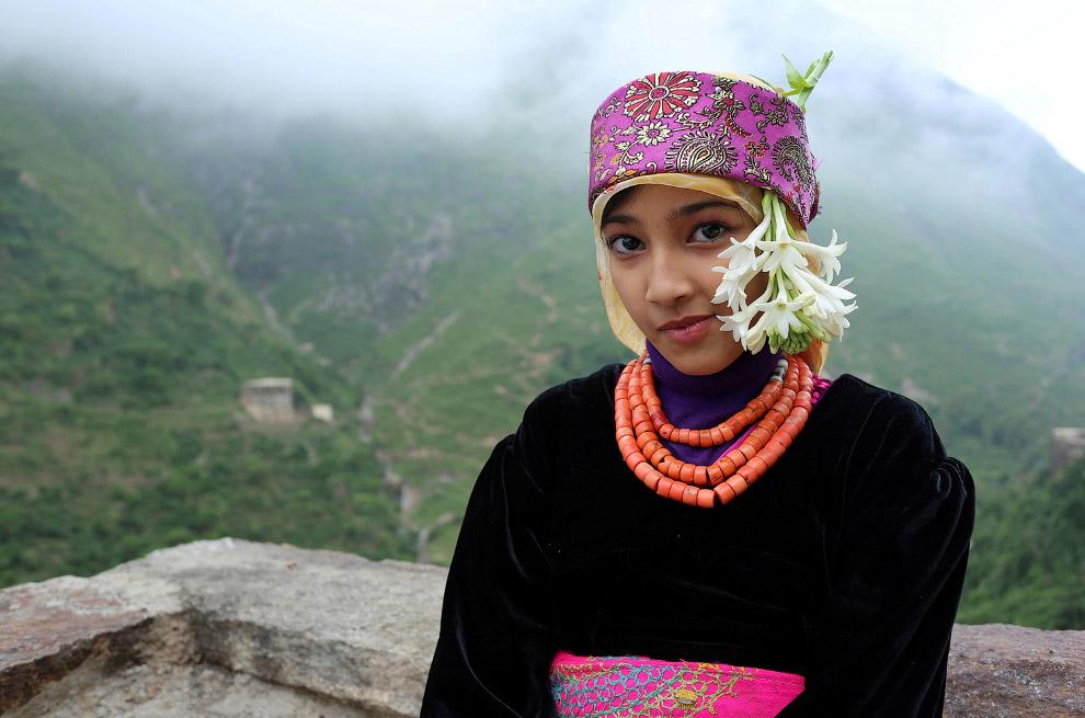 16. Тяжелый путь домой в горах с газовым баллоном. (Фото Abduljabbar Zeyad | Reuters):