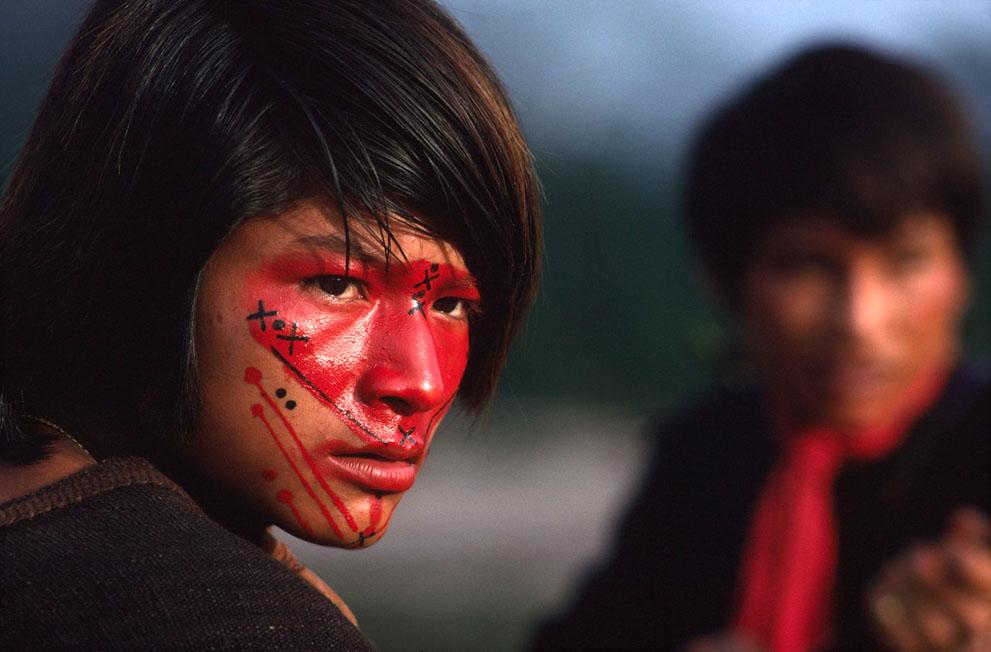 1. Провинция Акре в амазонском лесу в Бразилии. Индейцы племени ашанинка наносят на лица краску, а у