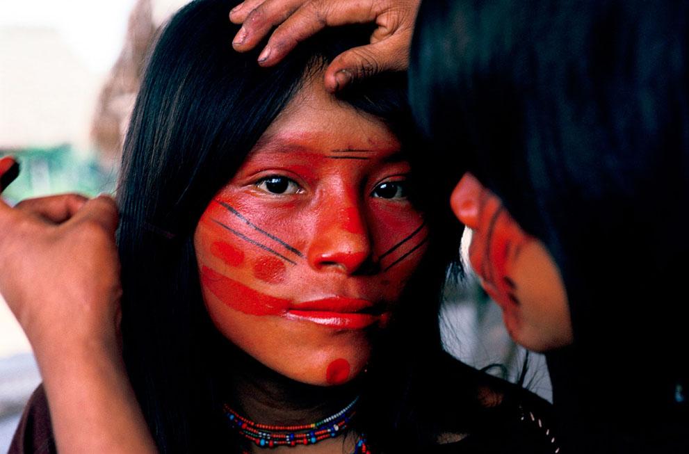 10. Подруга наносит краску на лицо девушки. Узоры на лице отражают настроение человека. (© Mike
