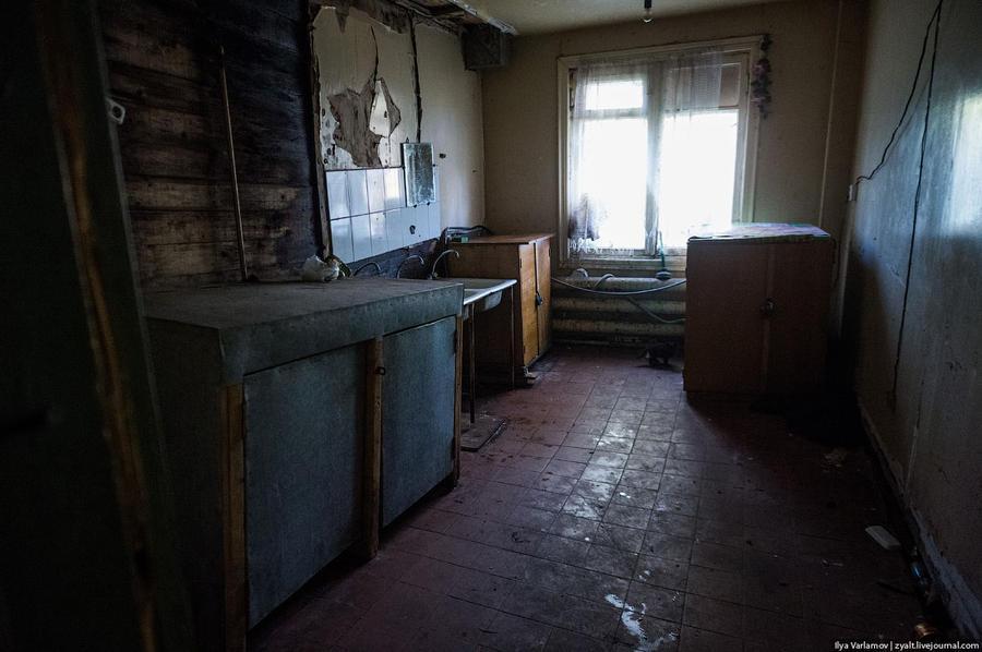 23. Кухня состоит из трех моек и двух стиральных машин. Санузел я не снял, там просто нет света. «Ла