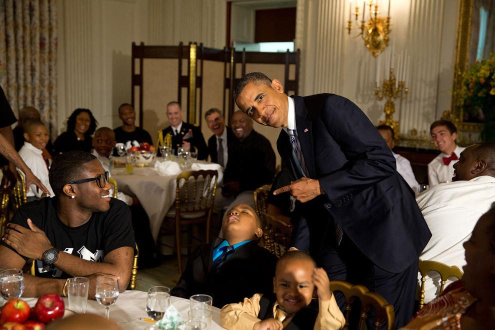 10. Барак Обама с женой краю озера Мичиган в Чикаго, 15 июня 2012. (Фото Pete Souza | The White