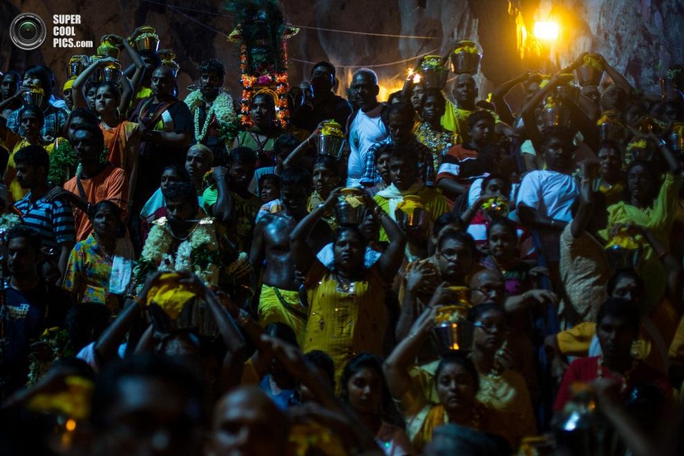 Верующие с бидонами молока на голове —«в поисках защиты и помощи». (Chris McGrath/Getty Images)