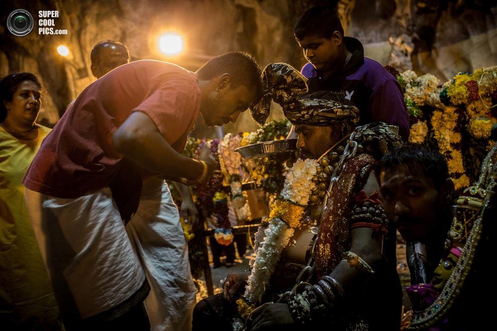 Скованный цепями верующий отдыхает после мучительных ритуалов. (Chris McGrath/Getty Images)