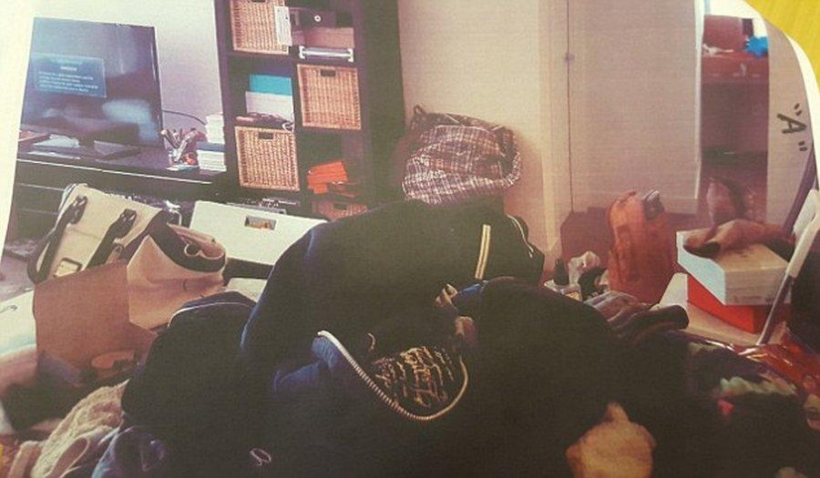 Эксклюзивные сумки, наряды, обувь и множество коробок были разбросаны по всей комнате: на полу, на с